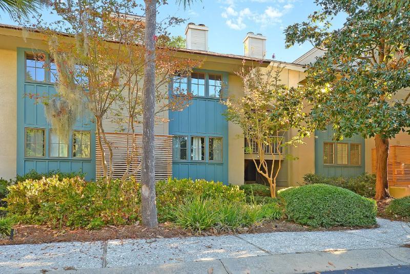 Front extérieur avec aménagement paysager chemin d'entrée luxuriante traditionnelle Caroline du Sud avec des arbres Palmetto
