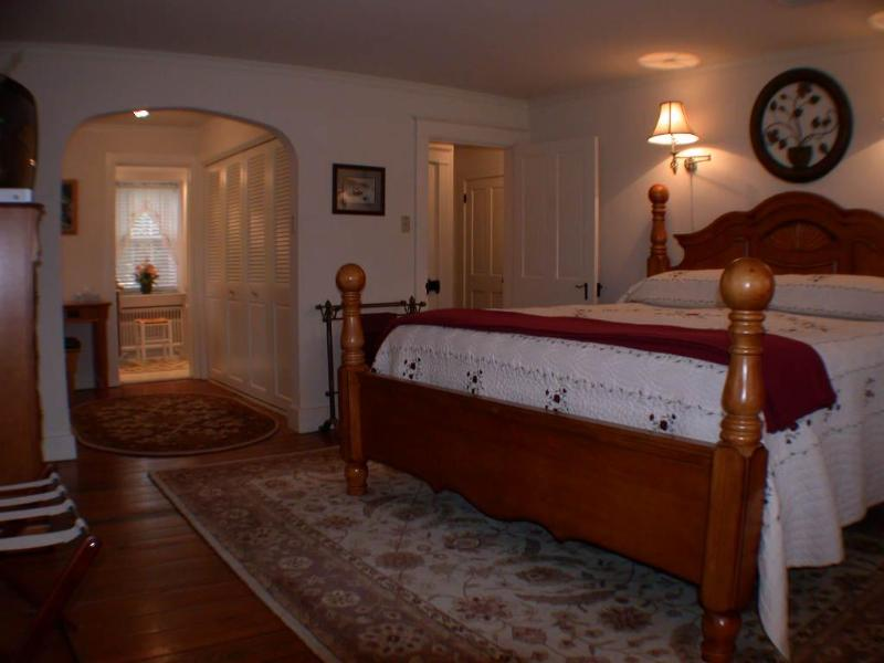 Huge 2nd Floor Master with KING bed, Private bath, double vanities & Whirlpool Tub