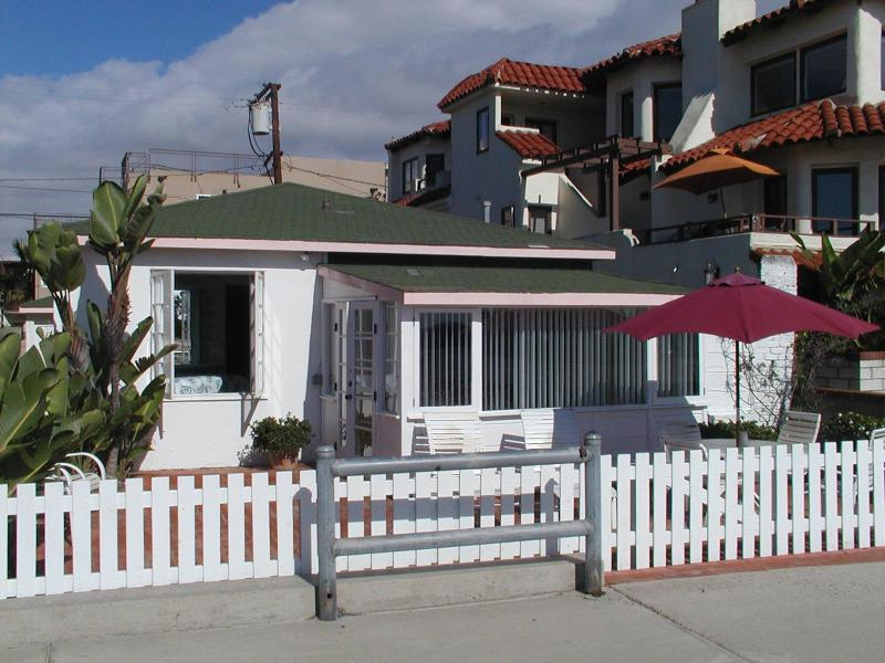 2 BR 2 BA COTTAGE RIGHT ON THE BEACH SOUTH MISSION, holiday rental in San Diego