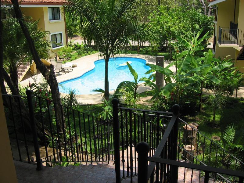 Visão da porta da frente para a piscina