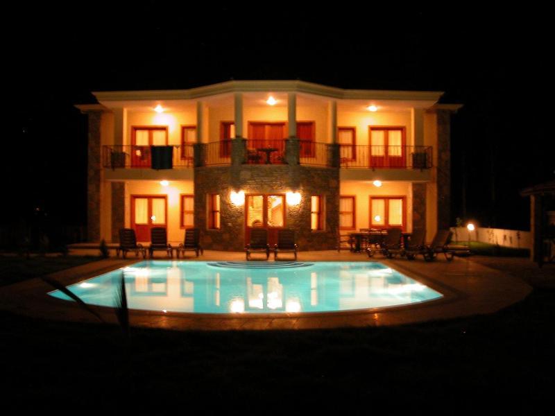 Zeytin Koru et piscine dans la nuit