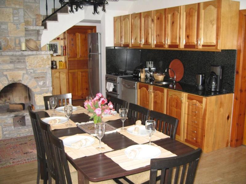 Cuisine et salle à manger, avec cheminée.