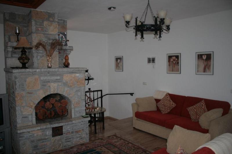Premier étage salon avec feu ouvert.