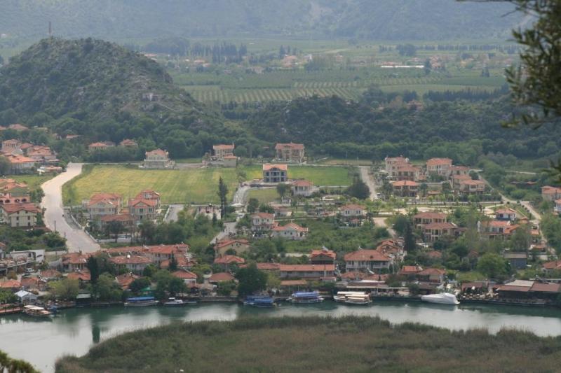 Zeytin Koru, juste à gauche des arbres, sur le coin inférieur droit de la route.Devant les restaurants de bord de la rivière...