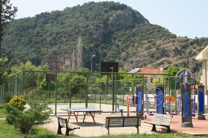 Salle de sport dans le parc, à 50 mètres. Zeytin Koru dans le fond.