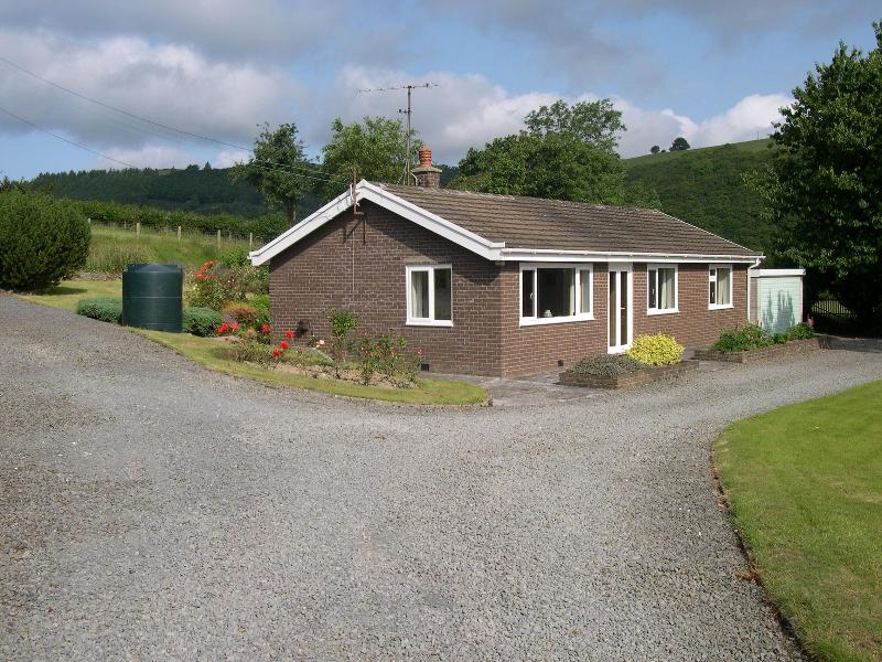On-farm bungalow near Aberystwyth, sleeps 5, dog friendly in beautiful location., vacation rental in Devil's Bridge (Pontarfynach)