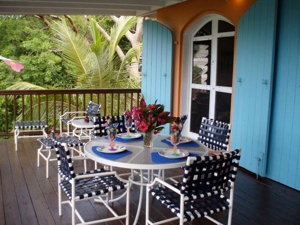 Cenar al aire libre en la terraza cubierta y disfrutar del puerto impresionante y vistas tropicales.