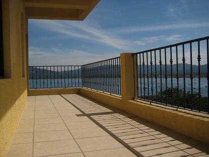 À l'affût de ce balcon sera une piscine et une terrasse extérieure