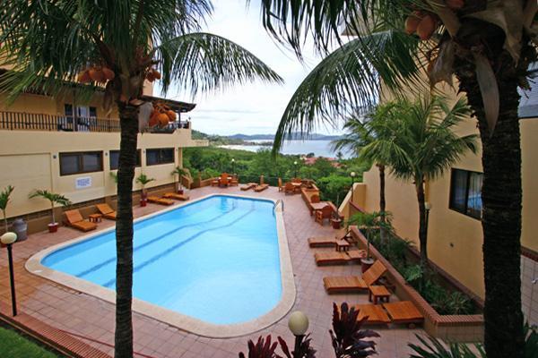 Deuxième grande piscine surplombant la plage de Flamingo w / beaucoup de chaises !