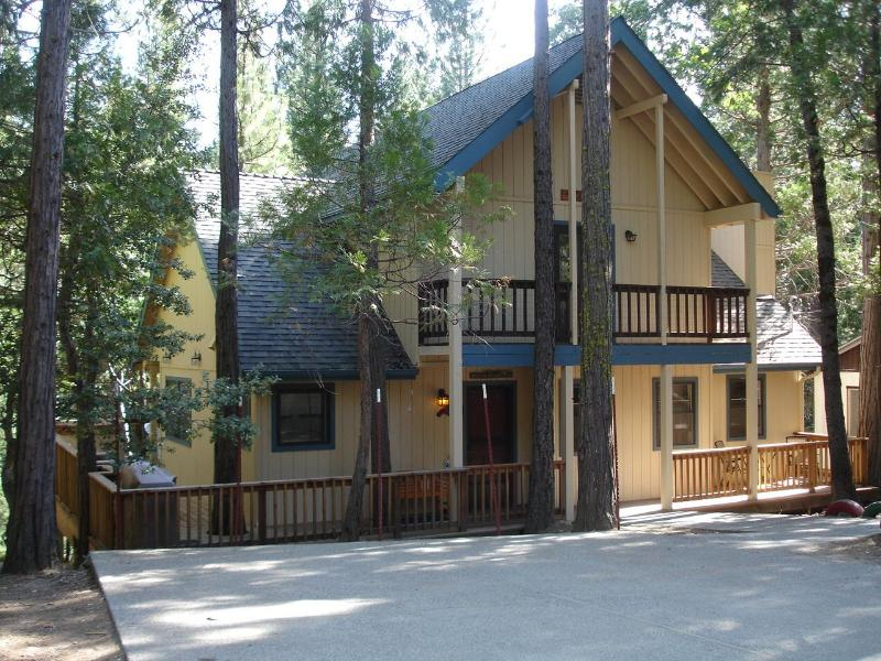 Friends Lodge in Yosemite 2303 sf  3+BR/3BA 1325 sf deck- hot tub WIFI, game rm., holiday rental in Yosemite National Park