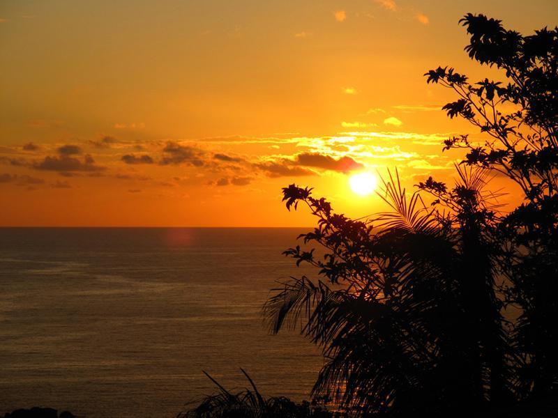 Coucher de soleil réel de vous expansive enveloppantes en terrasse extérieure.