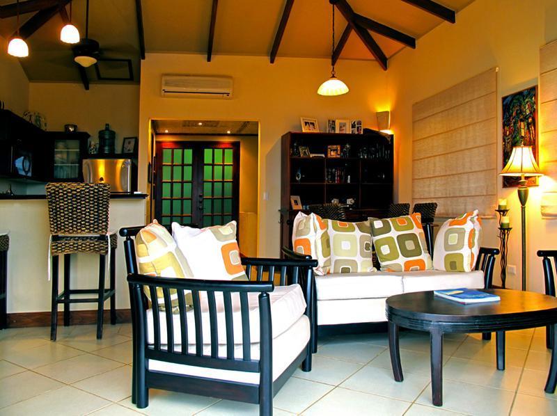 Su salón decorado en elegancia tropical.