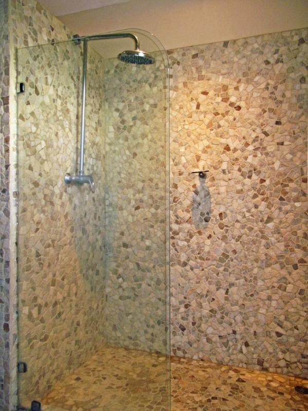 Ducha de efecto lluvia limpia en el baño principal.
