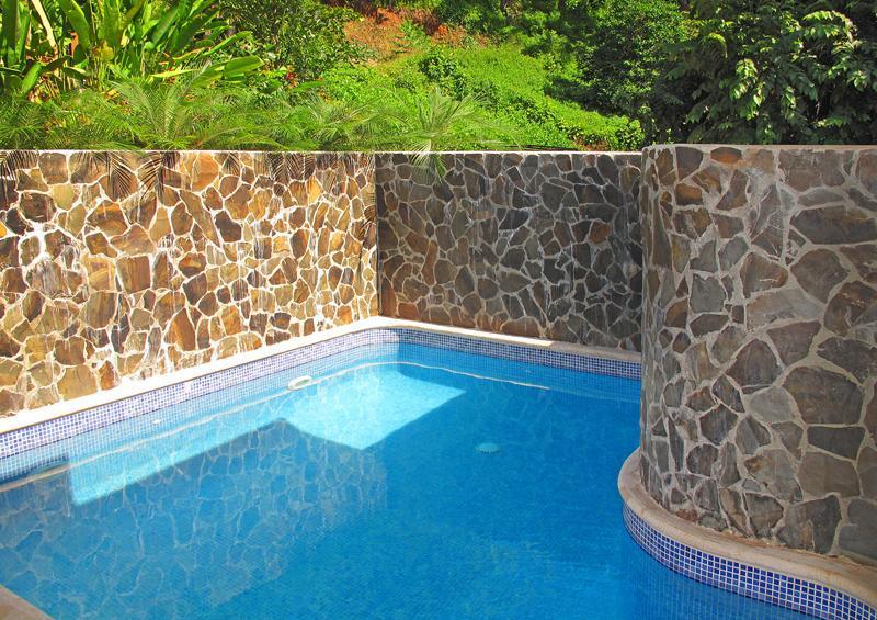 Refrescarse en la piscina.