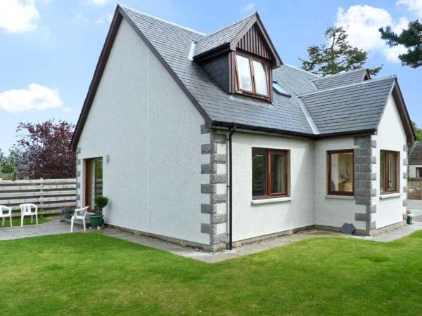 BRUACH GORM COTTAGE, pet friendly, country holiday cottage, with a garden in, vacation rental in Grantown-on-Spey