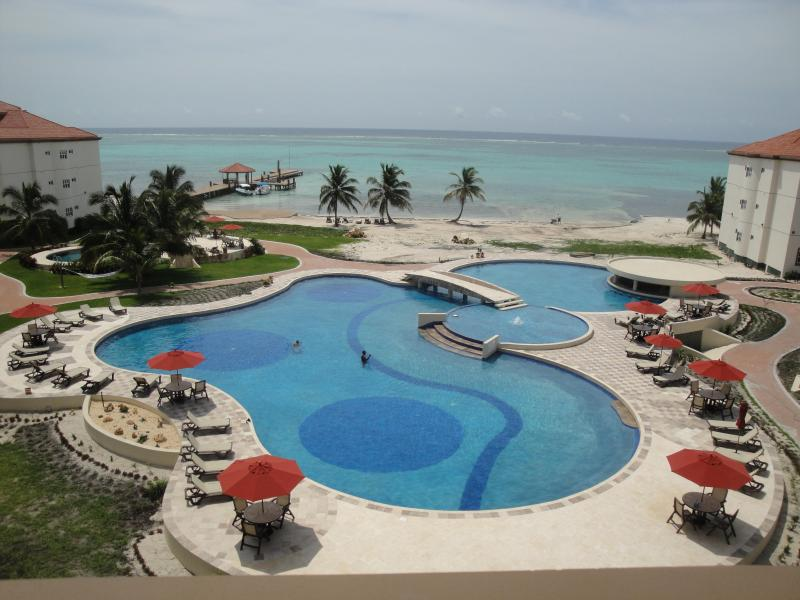 LUXURY CONDO ON AMBERGRIS...25 STEPS TO CARIBBEAN!, holiday rental in San Pedro