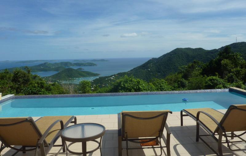 Détendez-vous sur la terrasse de la piscine ou nager dans la piscine