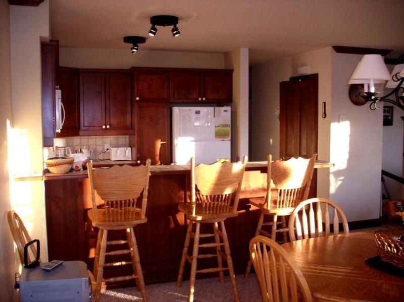 Lichte keuken aangevuld door de middag zon.