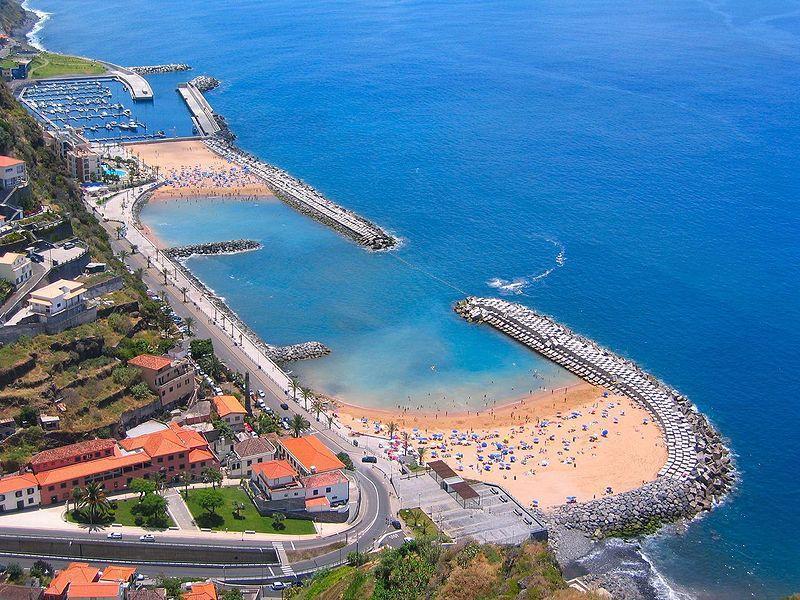 ville Calheta et des plages de sable blanc avec supermarché à 10 minutes en voiture