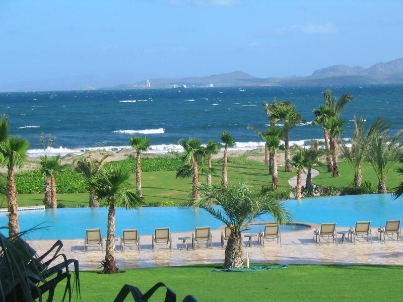Elegant condo by pristine and quiet beach, location de vacances à La Paz
