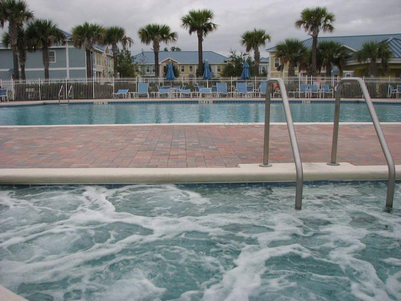 Vista a la piscina desde sentado en el Jacuzzi