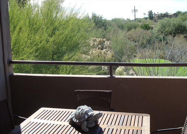 Southwest colors burst in this 1 Bedrm/Den with golf course views!, holiday rental in Tucson