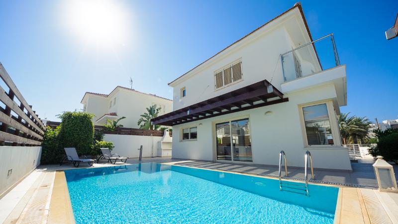 RENT your luxury PRIVATE VILLA 015 in Cyprus, Ferienwohnung in Pernera