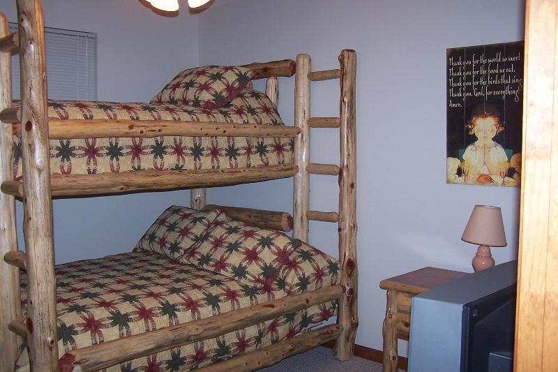 Troisième chambre située au rez-de-chaussée. A lit double / lit superposé