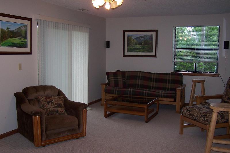 Au rez-de-chaussée grande salle familiale avec tapis et 55' Plasma HD TV