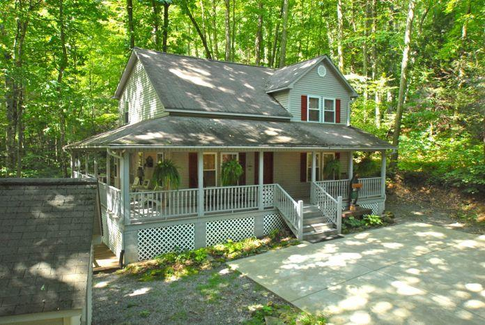 CREEK 'N WOODS II-CREEK - LOTS OF DECKS - HOT TUB - SECLUDE & 5 STAR REVIEWS !!!, vakantiewoning in Maggie Valley