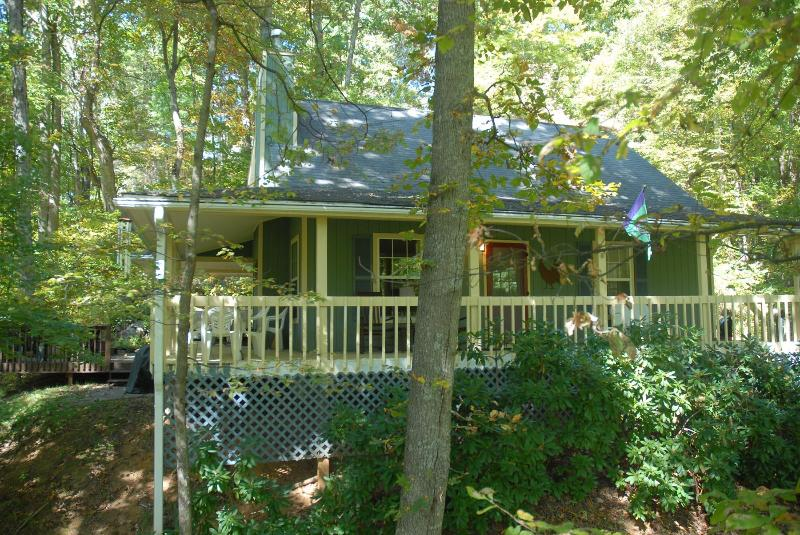 CREEK 'N WOODS III-WATERFALL-HOT TUB-DECKS-SECLUDED-5 STAR REVIEWS !!!, vakantiewoning in Maggie Valley