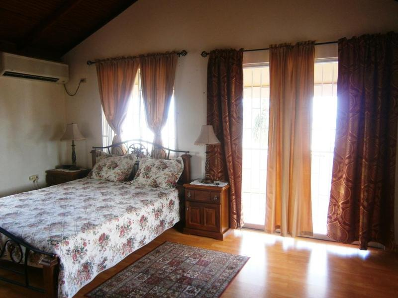 Dormitorio 1 amplias y luminosas con vistas al agua y la costa de porche