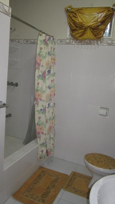 Baño en 1 º piso con caliente y agua fría