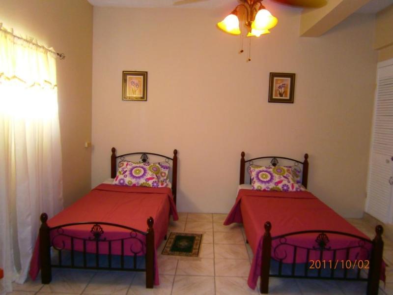 Un solo dormitorio 4 sleeps 4, 2 camas y 1 cama matrimonial, aire acondicionado y ventiladores de techo 2