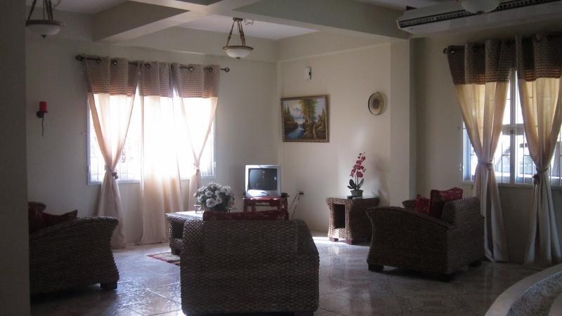 Sala de estar, villa grande y espacioso, tiene wifi y cable de acceso
