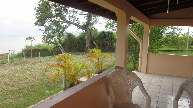Otra vista del porche delantero captura de vista patio y agua
