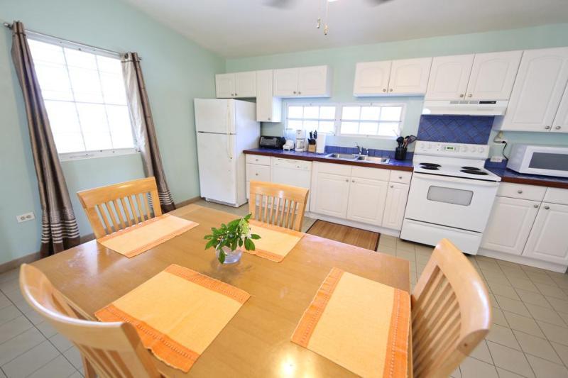 Comedor y cocina completa con lavaplatos