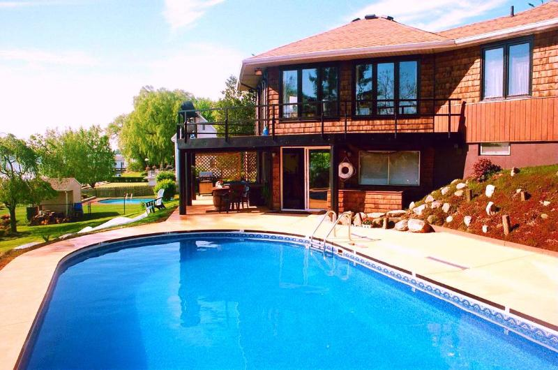 HOME ON the NIAGARA RIVER - POOL - HOT TUB  Near the Falls  RIVERVIEW & ACCESS, holiday rental in Niagara Falls