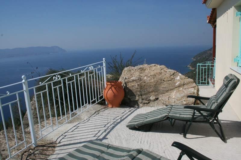 Solterrass med solstolar och stora utsikt över Egeiska