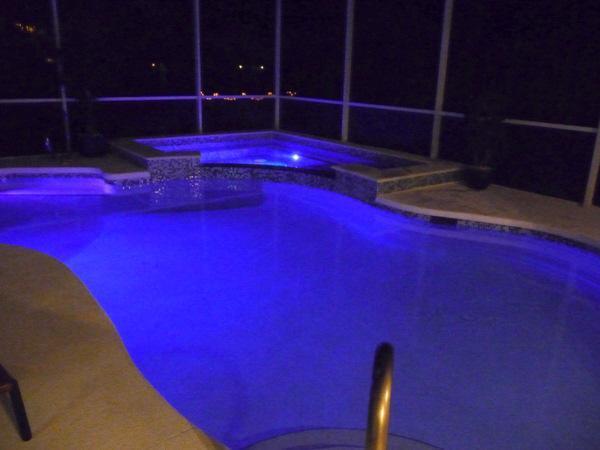 Het zwembad bij nacht; het zwembad heeft zijn ' eigen gebouwd in lichtshow geprogrammeerd in het zwembad besturingselement externe