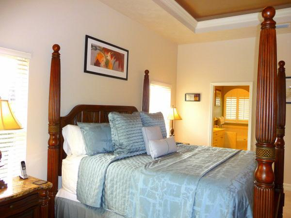 Master Bedroom met King Size Bed, Ensuite badkamer & schuifpui naar zwembad