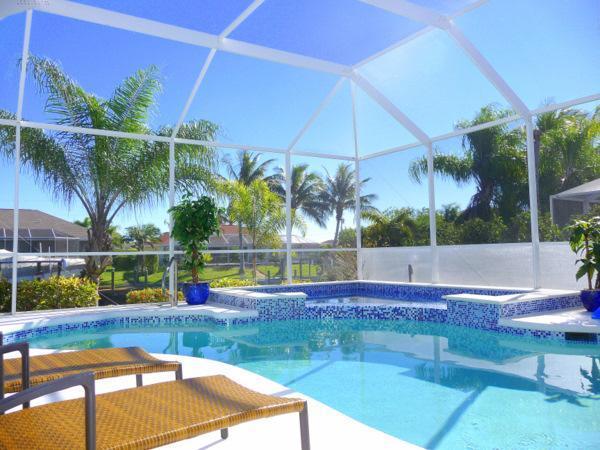 Het schitterende zwembad & Spa met comfortabele ligstoelen