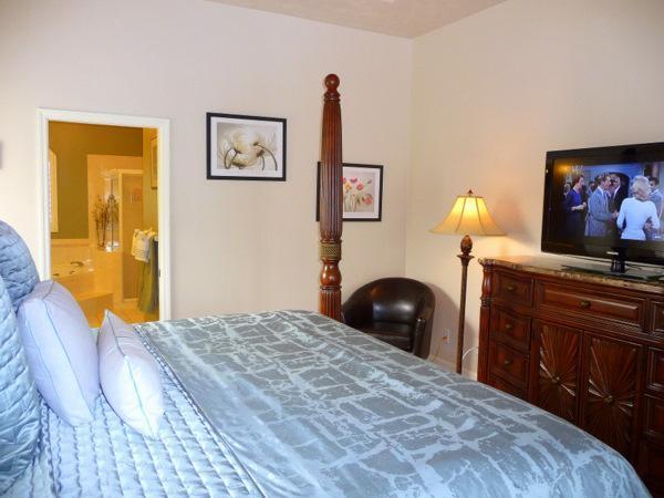 De grote slaapkamer met King Size Bed, Flat Screen kabel-TV & schuifpui naar zwembad