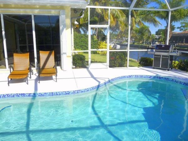Tal van dekoppervlakte te vangen de Florida Sun. Home komt ook met eigen grote Gas BBQ