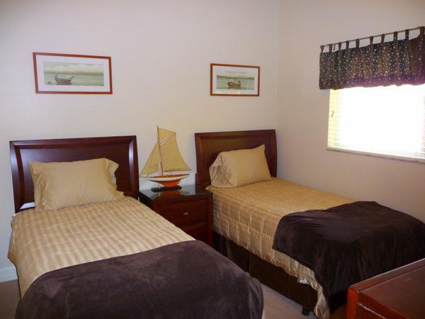 Gasten slaapkamer 3 met Twin bedden & flatscreen kabel-TV