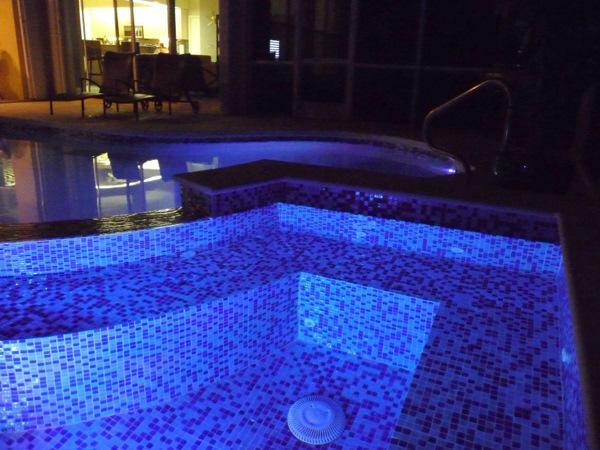 De Spa's nachts.  De Spa heeft its\' eigen gebouwd in lichtshow geprogrammeerd in de afstandsbediening