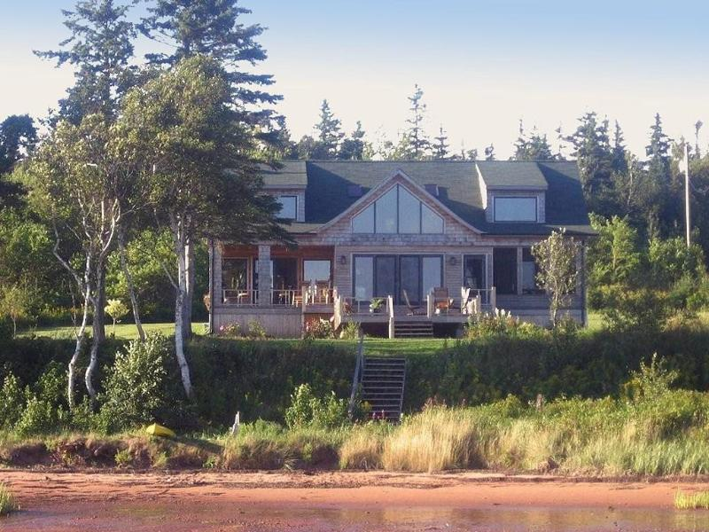 Howe Bay Beach House - PEI Oceanfront Vacation Rental, holiday rental in Saint Margarets