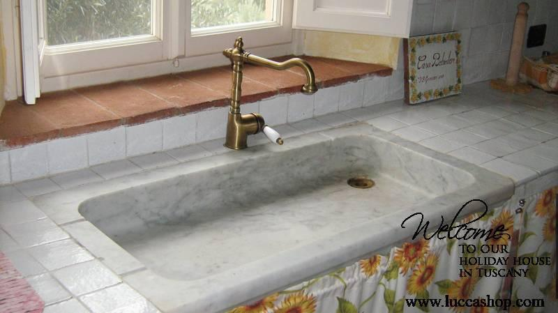 Fiordaliso House - Kitchen details : marble sink