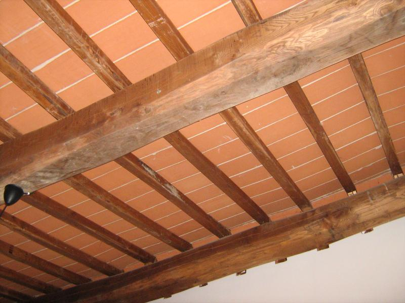Fiordaliso House - Ceiling with wooden beams and bricks