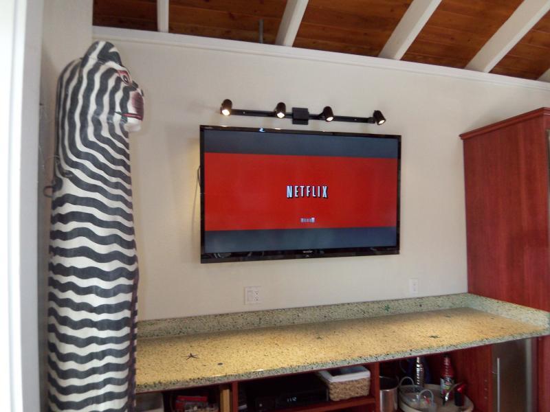 Great Room heeft een 75 inch High Definition TV met gratis Netflix video streaming